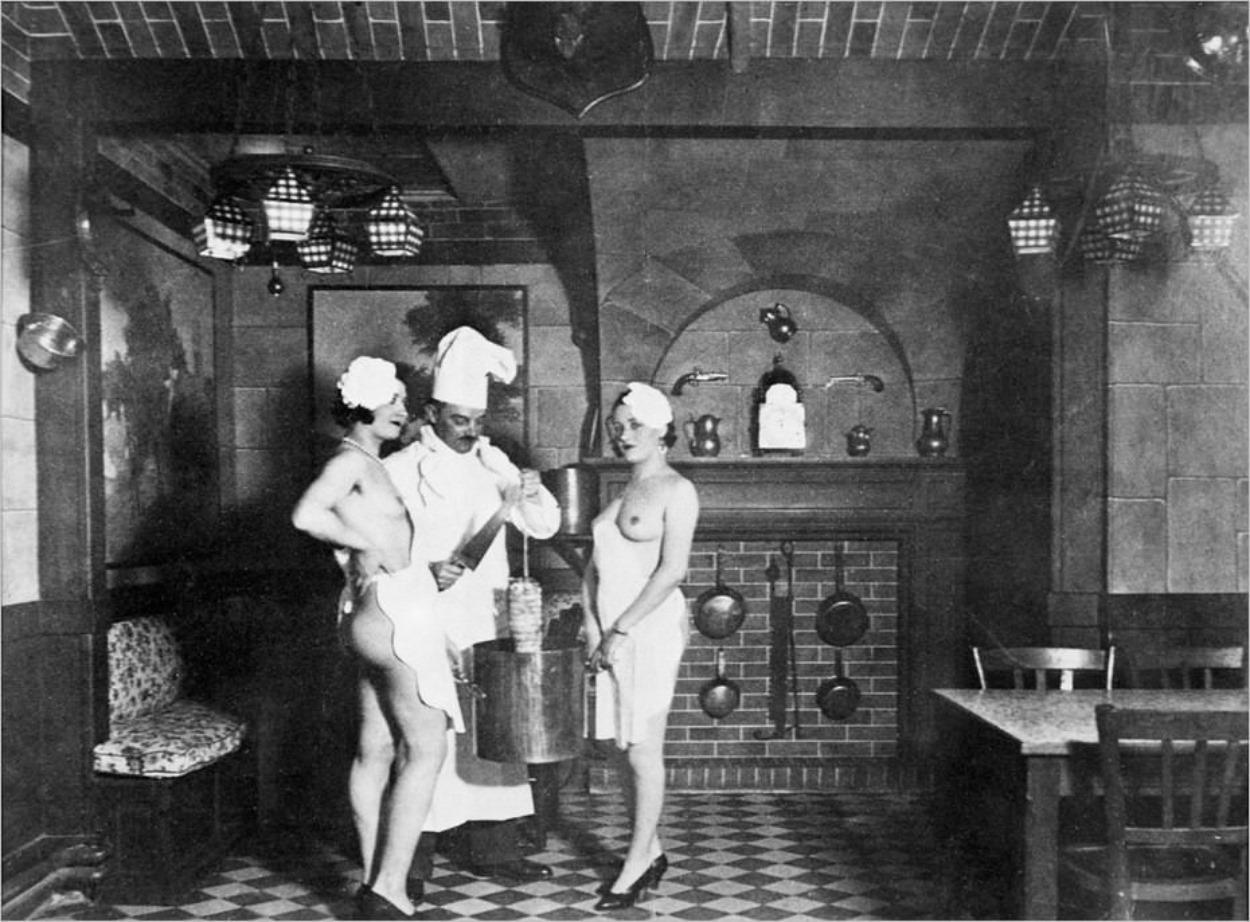 Marcel Jamet, patron du One-Two-Two, avec deux employées du bordel