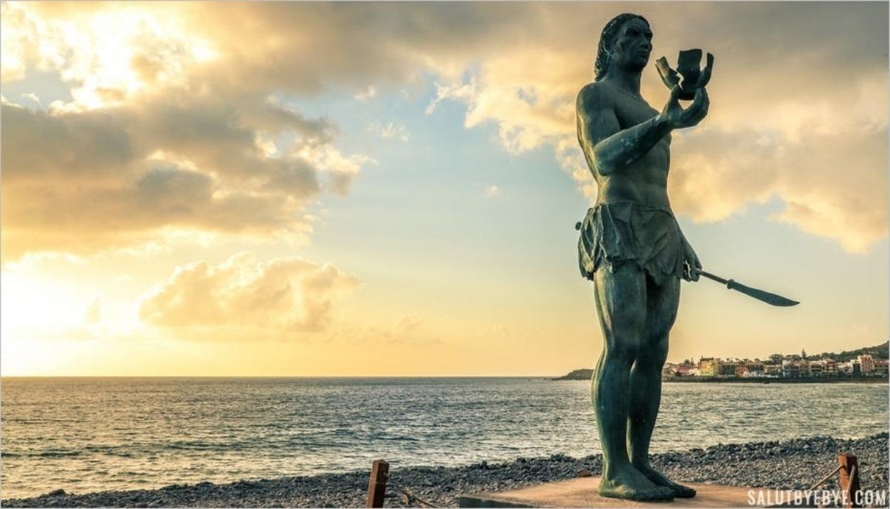 La statue d'Hautacuperche sur le front de mer à Valle Gran Rey
