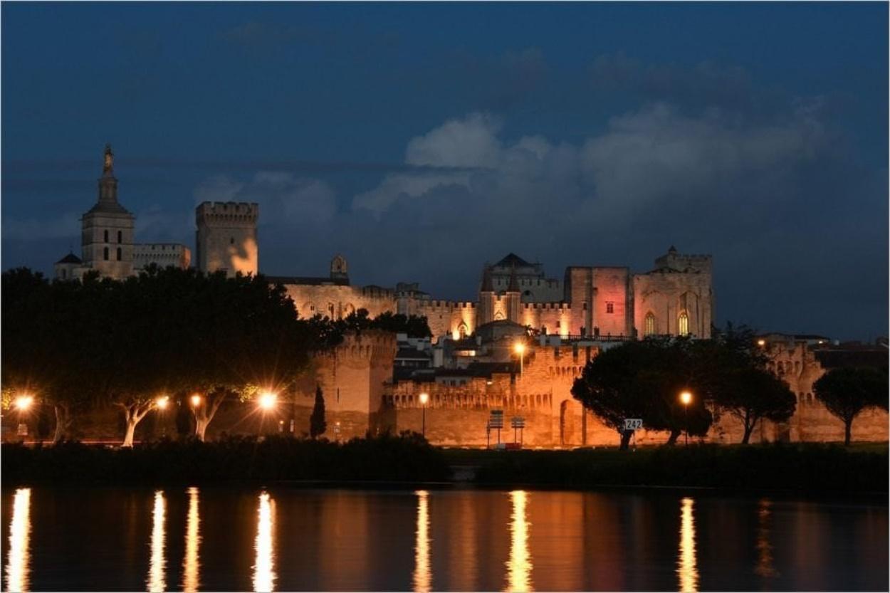 La beauté d'Avignon de nuit