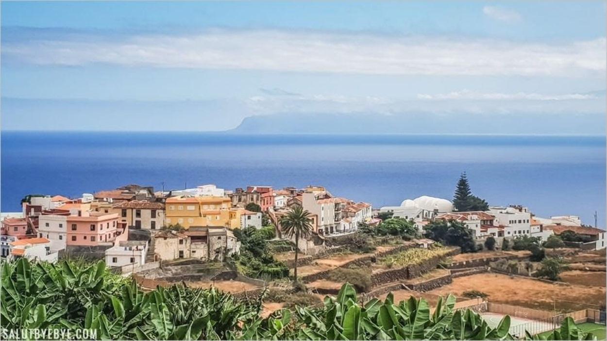 Agulo à La Gomera, avec Los Gigantes à Tenerife en arrière-plan