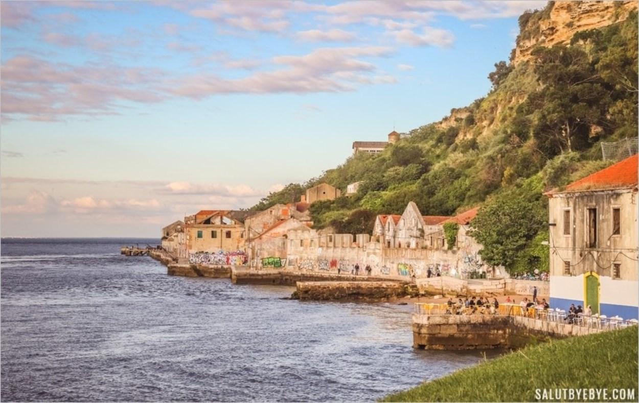 Front de mer délabré à Cacilhas et restaurants au bord de l'eau