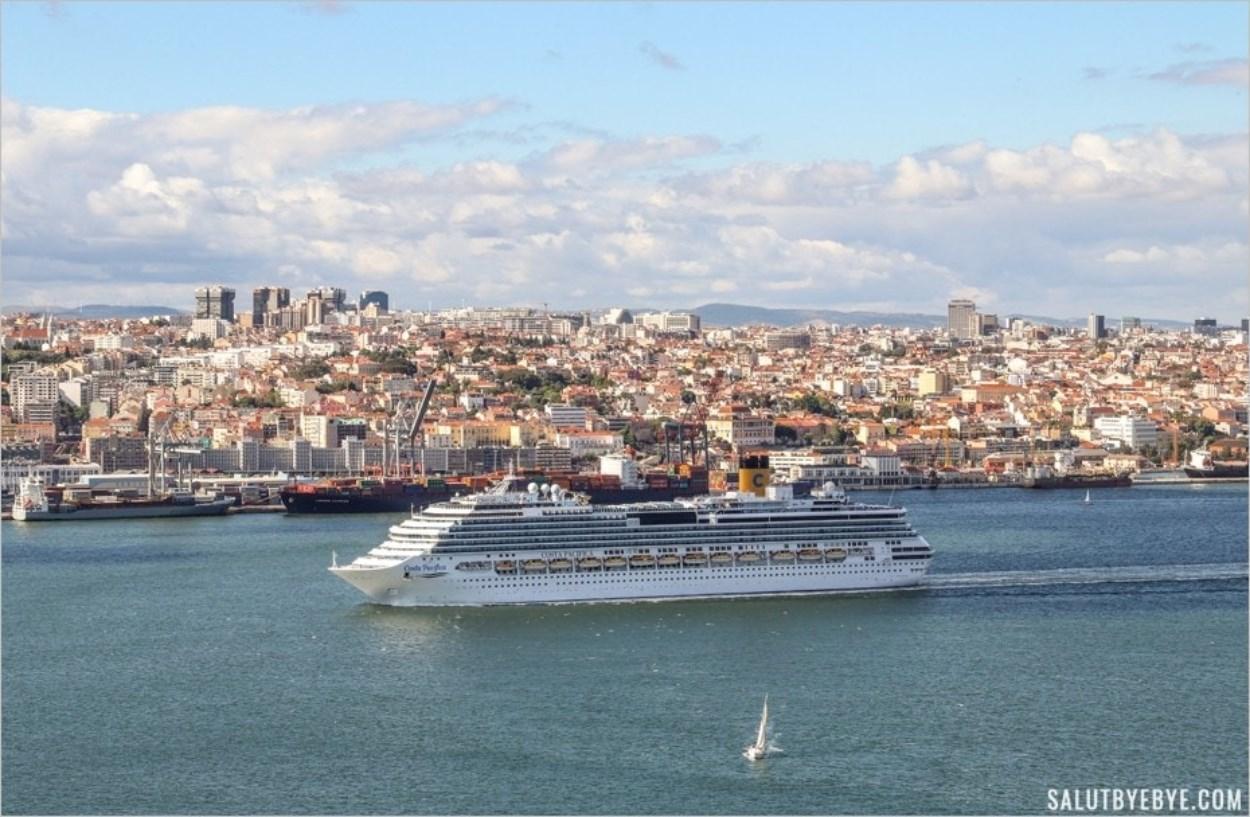 Le Costa Pacifica quittant Lisbonne sur le Tage