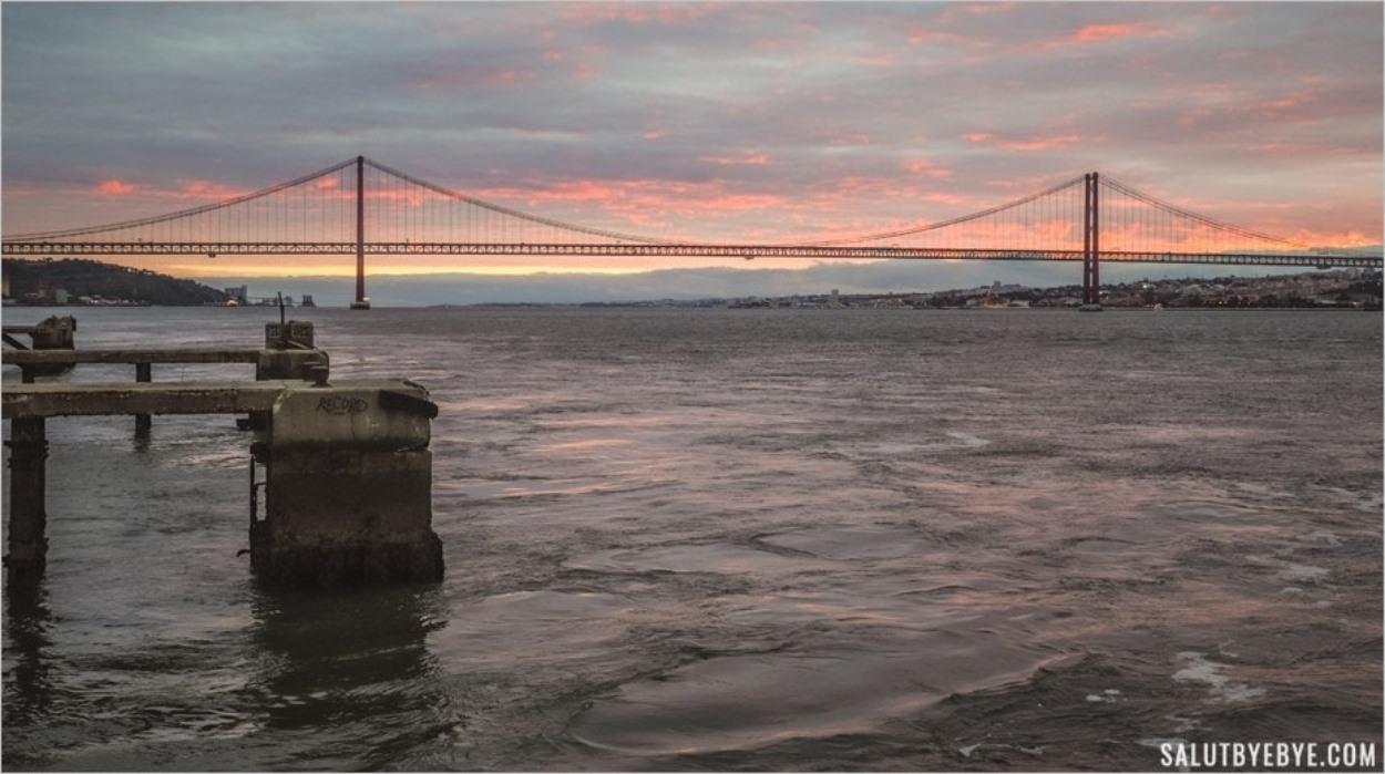 Coucher de soleil derrière le pont du 25 Avril à Lisbonne