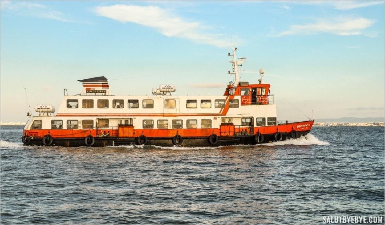 Le Sintrense, un ferry qui va à Cacilhas depuis Lisbonne