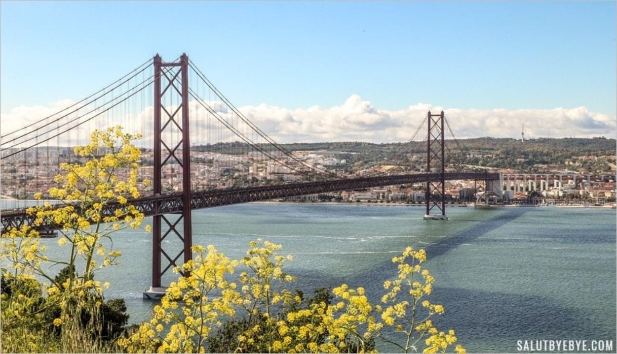Pont du 25 Avril depuis l'esplanade du Cristo Rei