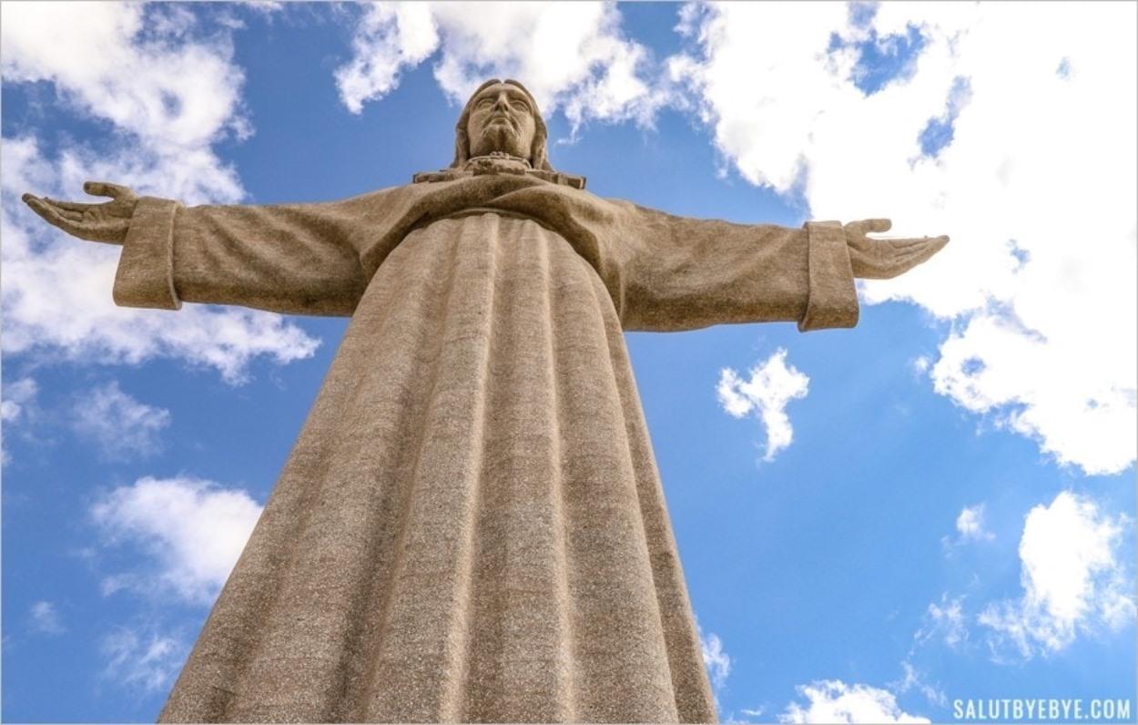 La statue du Christ Roi face à Lisbonne