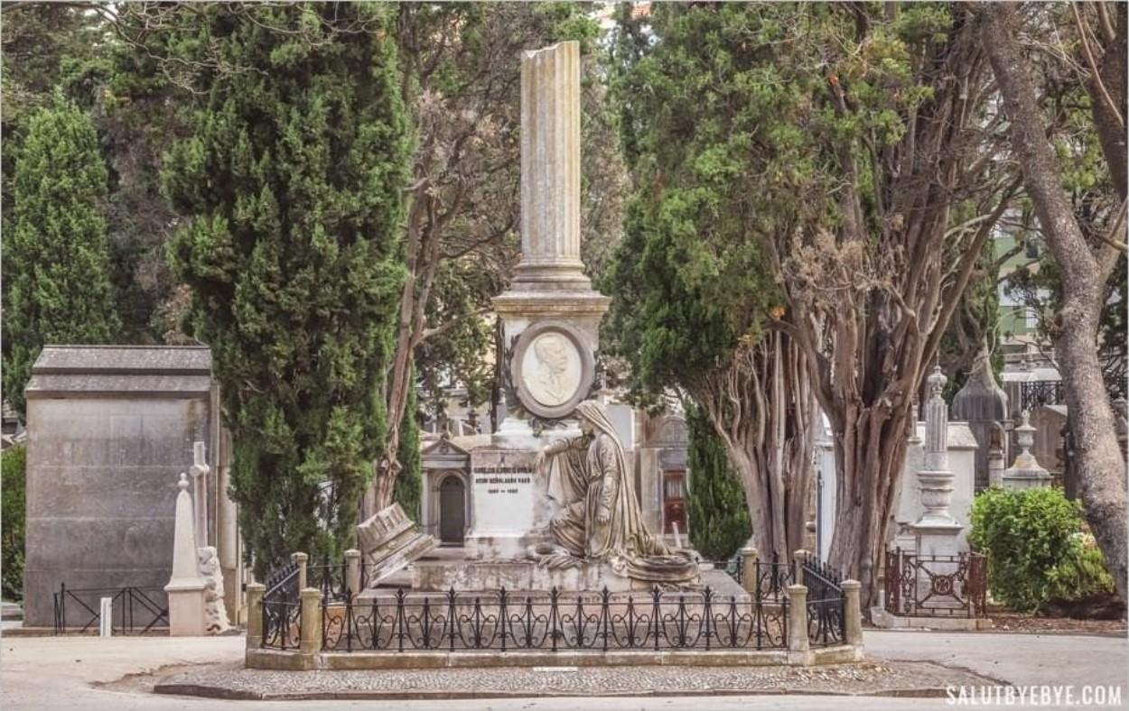 Les colonnes brisées dans un cimetière de Lisbonne