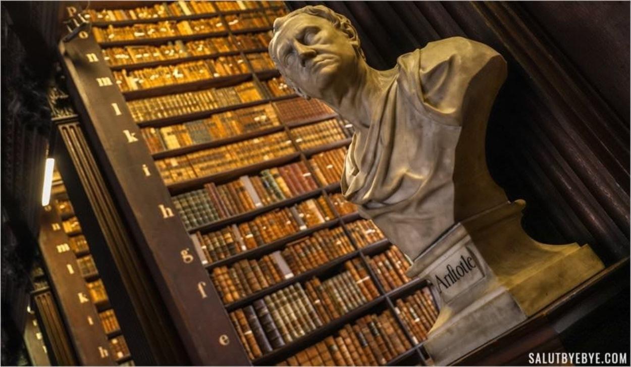 Sculpture d'Aristote dans la Long Room du Trinity College