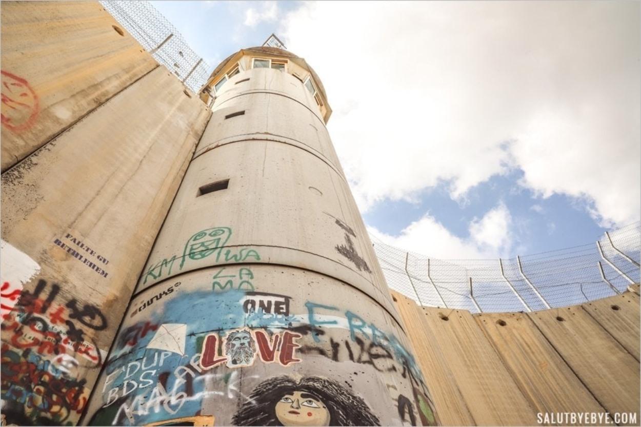 Au pied du mur entre Israël et les territoires palestiniens