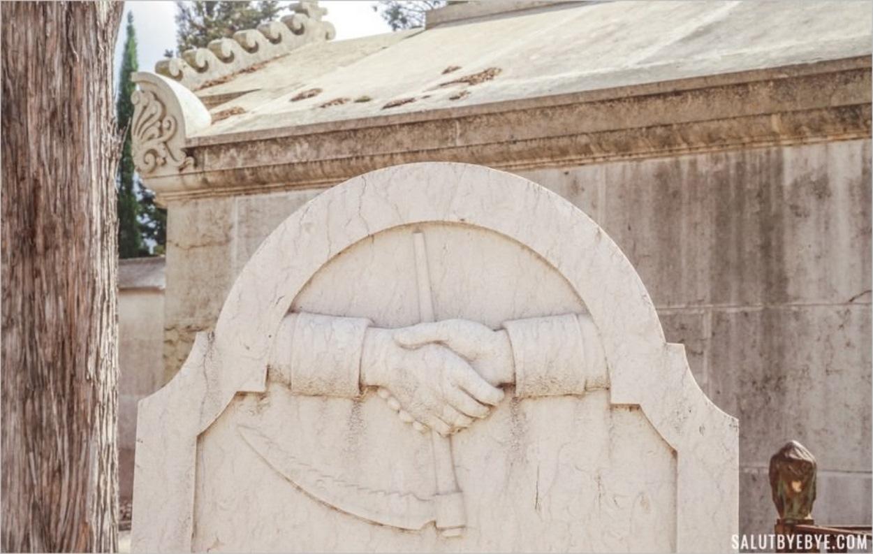 Poignée de main sur une tombe - Cimetière des Plaisirs, Lisbonne, Portugal