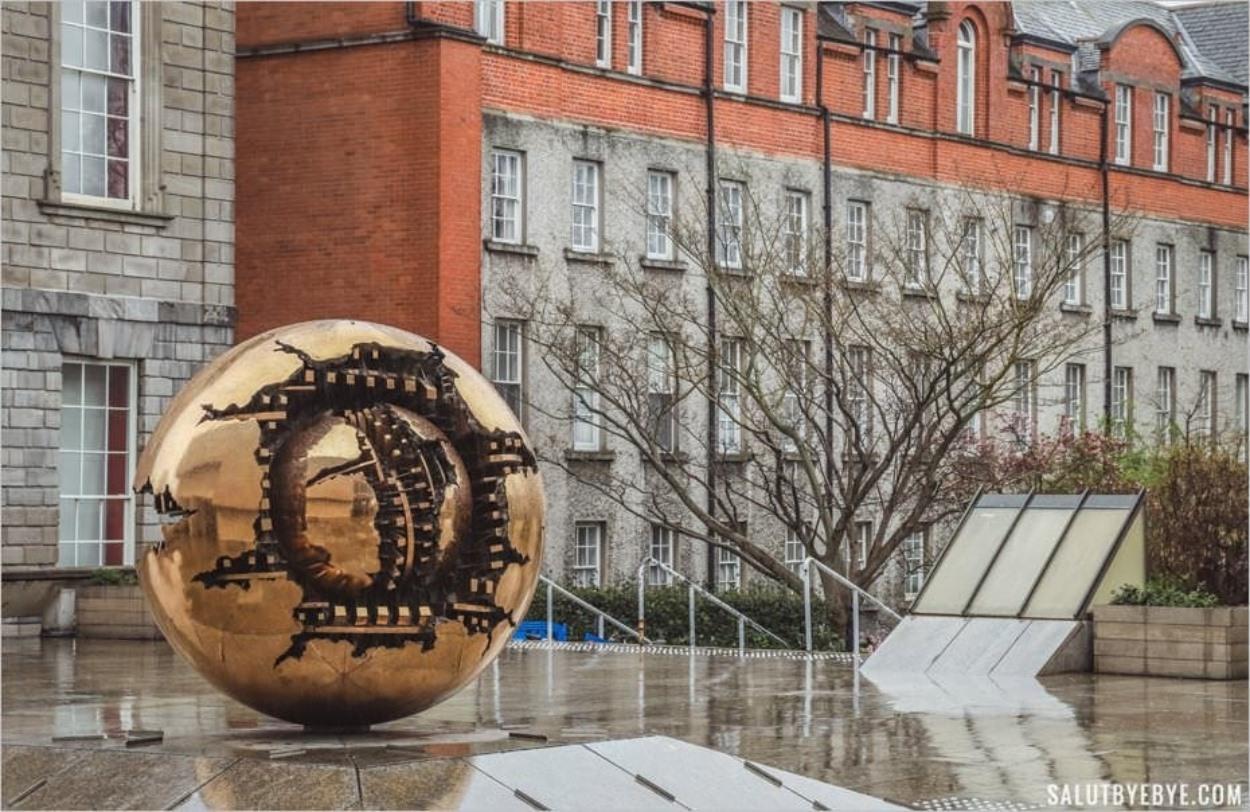 Sculpture d'Arnaldo Pomodoro - Université de Dublin