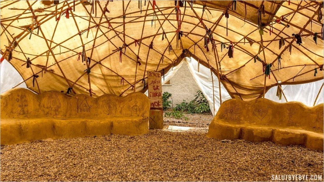 Qui vient jouer dans la cabane yourte du kibboutz ?