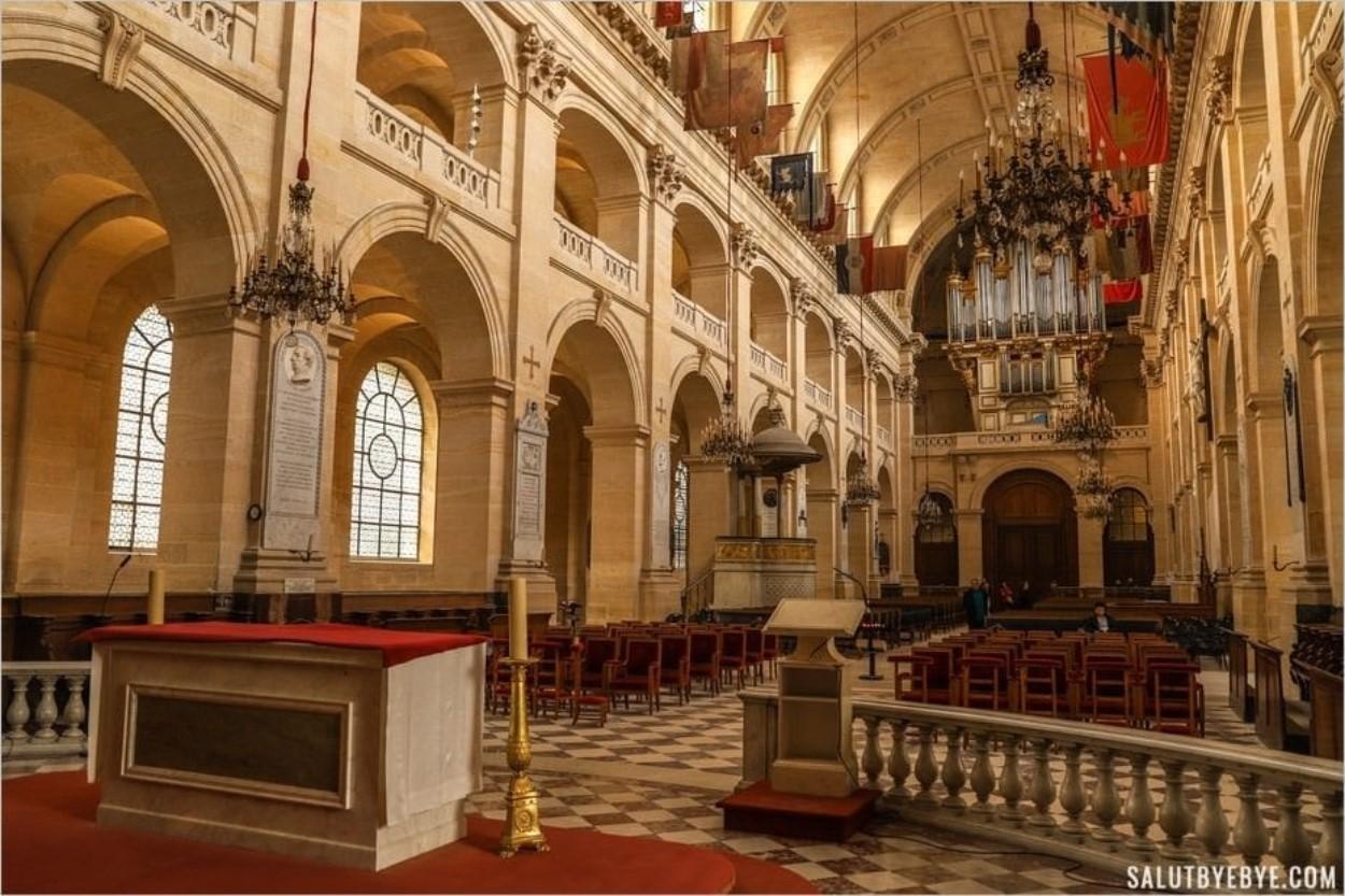 Vue de l'autel et de l'église des soldats aux Invalides