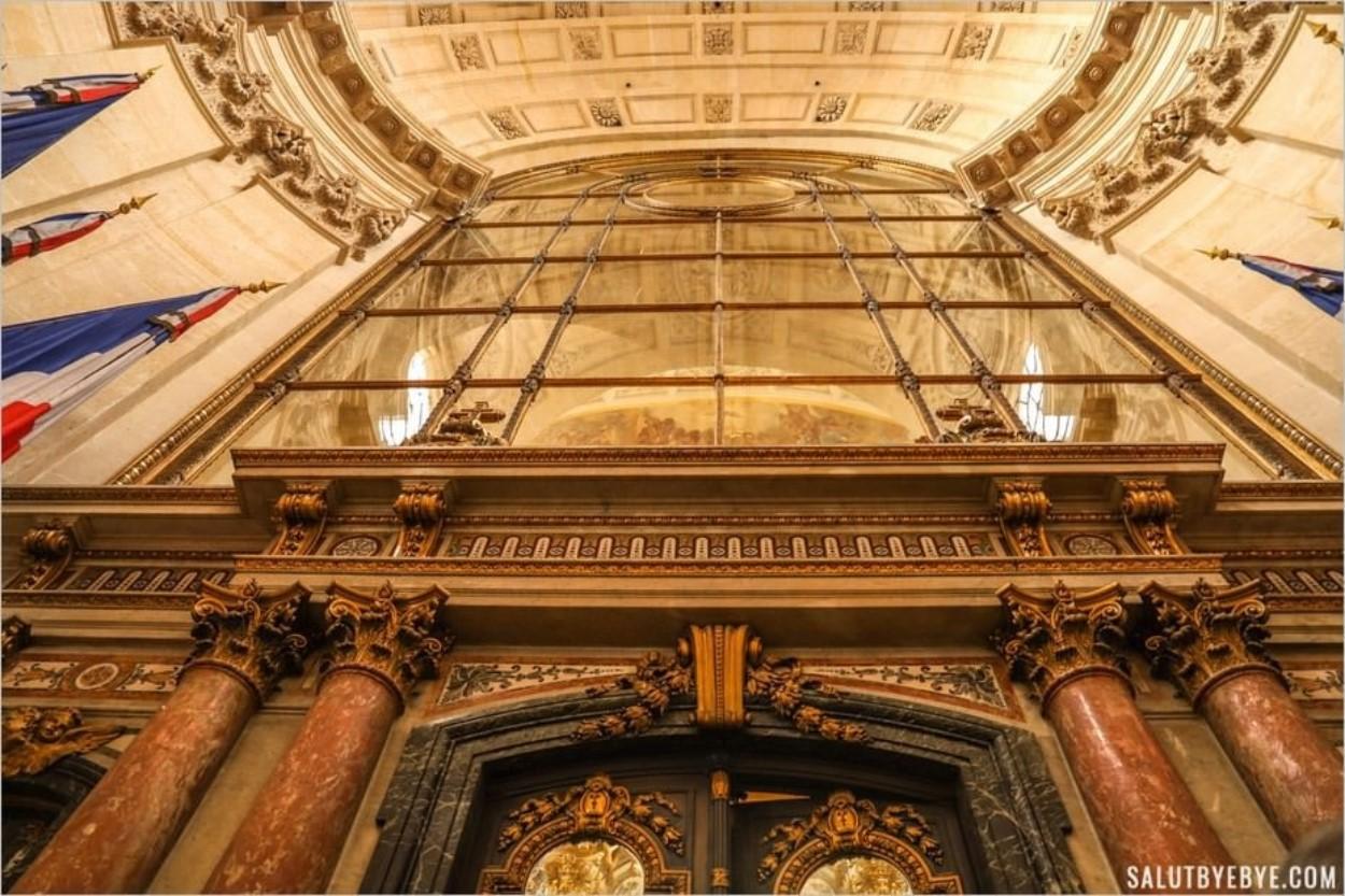 Au pied de la verrière qui sépare les deux parties de l'église