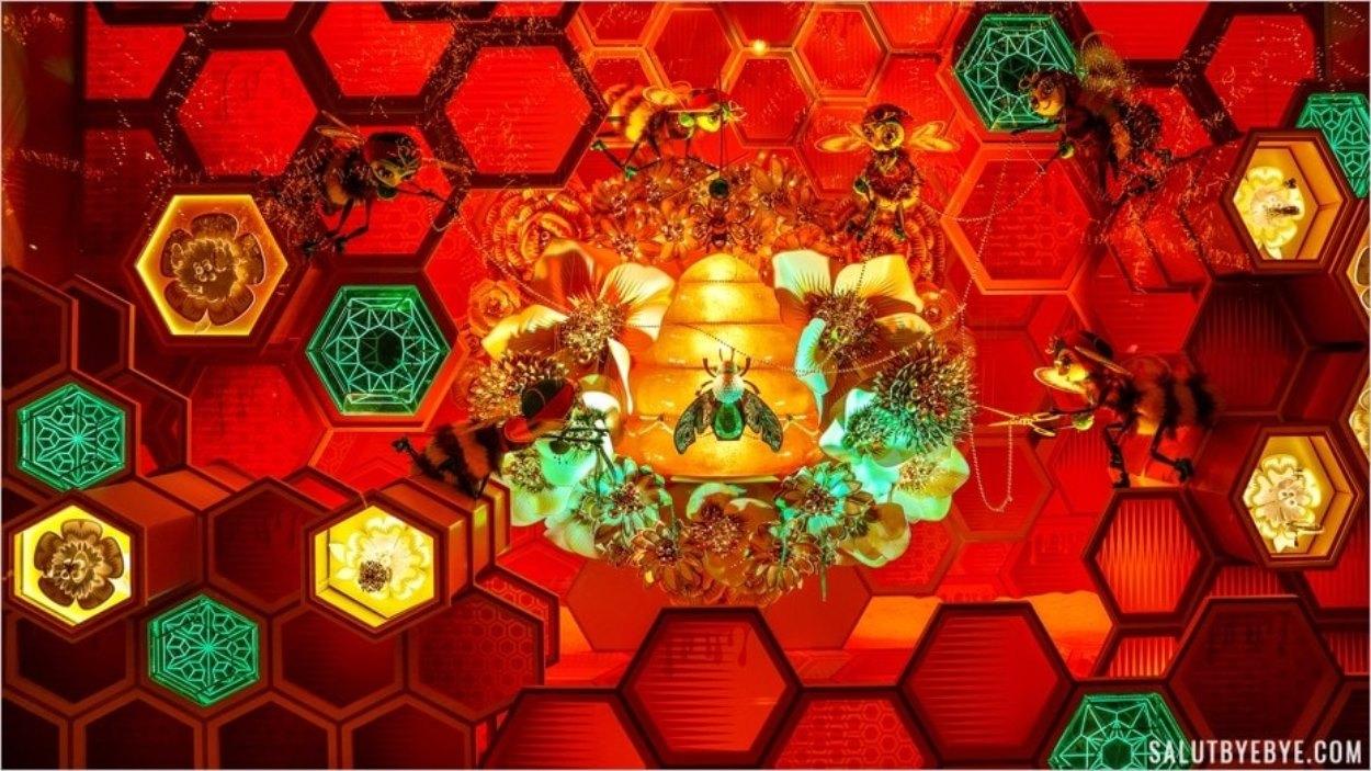 Alvéoles de ruche dans les vitrines des Galeries Lafayette