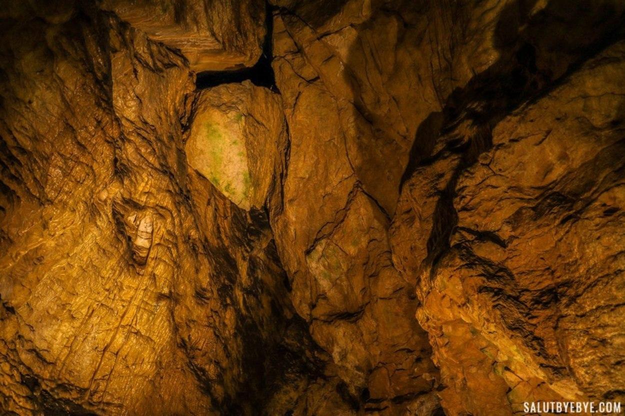 L'épée de Damoclès dans la grotte de Pál-völgyi