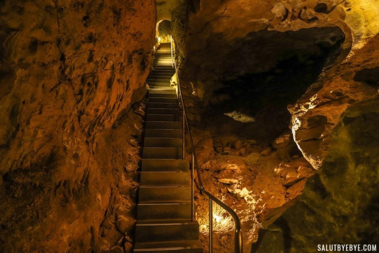 Les escaliers de la grotte de Szemlö-hegyi