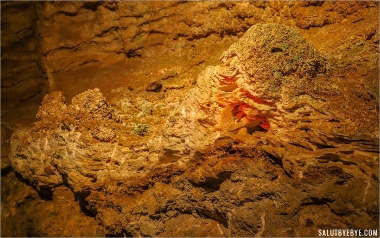 Roches dans la grotte de Szemlö-hegyi
