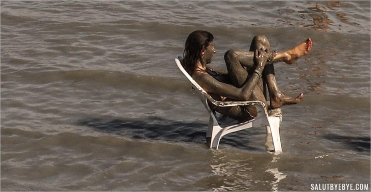 Bain de boue dans la Mer Morte pour une touriste