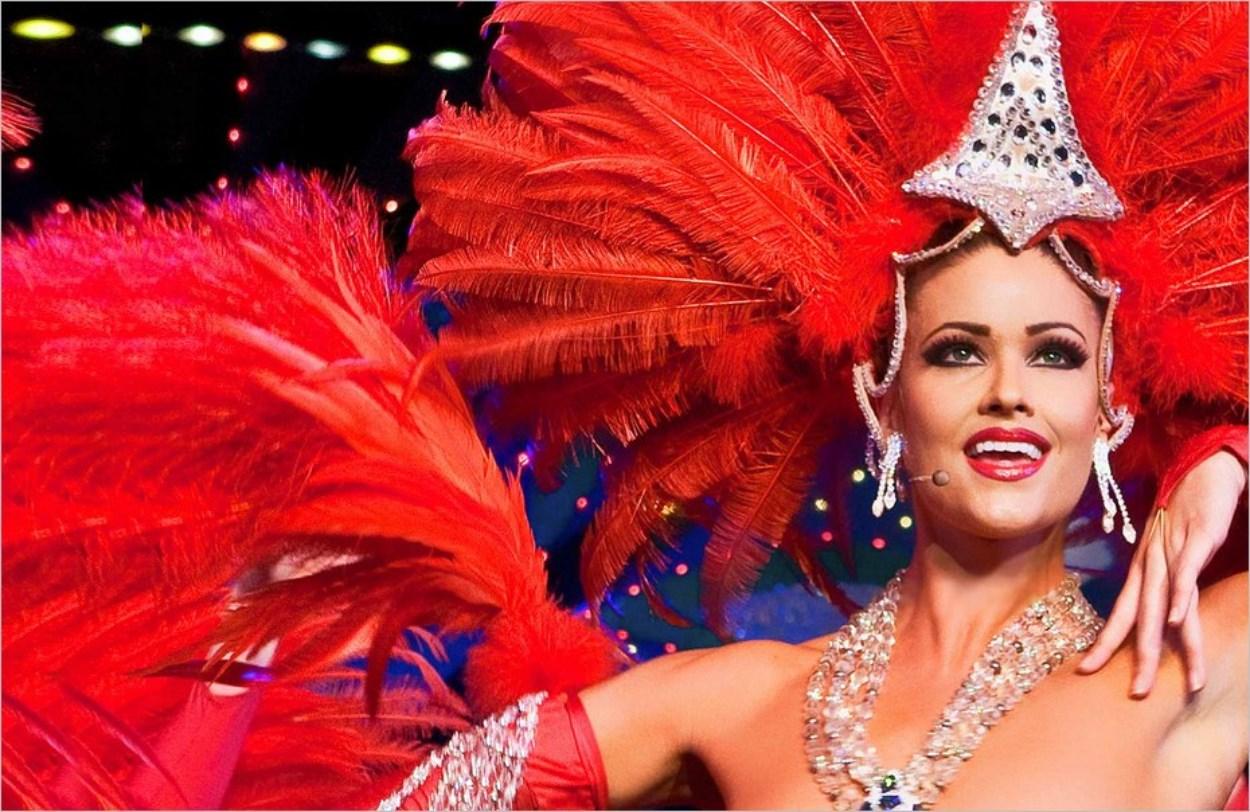 Les splendides coiffes à plumes de la revue du Moulin Rouge
