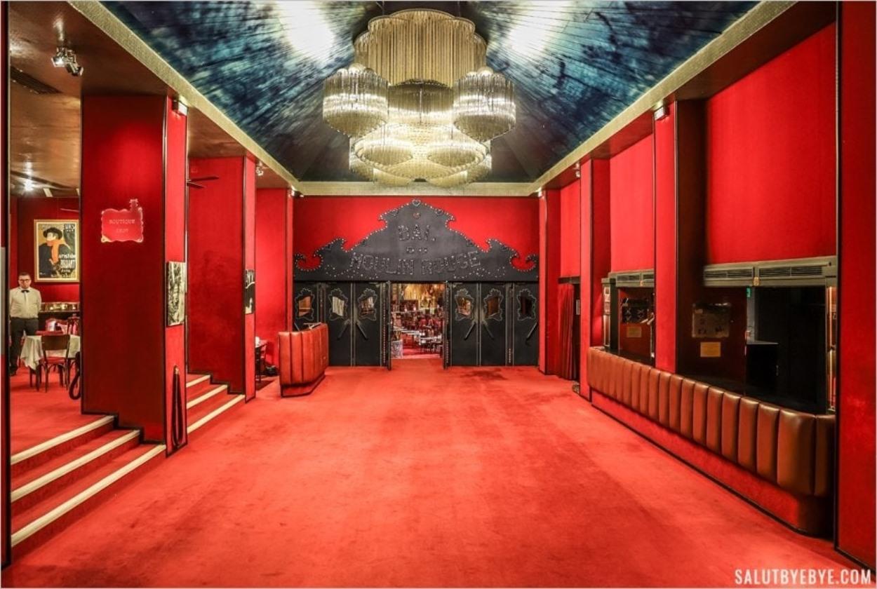 L'entrée intérieure du Moulin Rouge