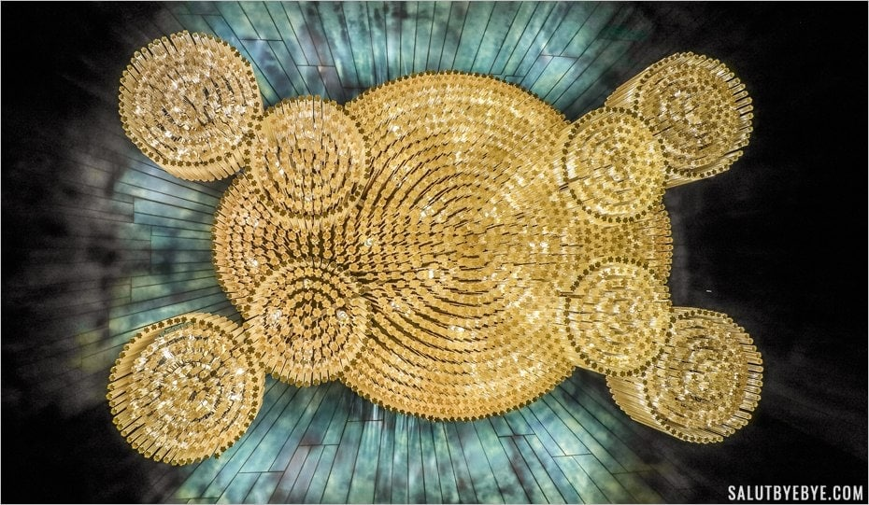 Le splendide lustre au plafond de l'entrée du Moulin Rouge