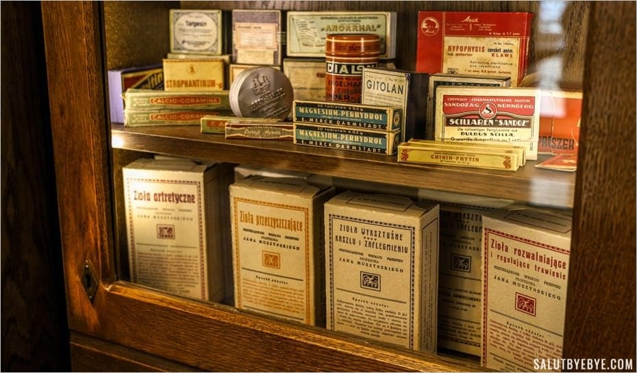 Médicaments à l'ancienne dans la pharmacie du ghetto de Cracovie
