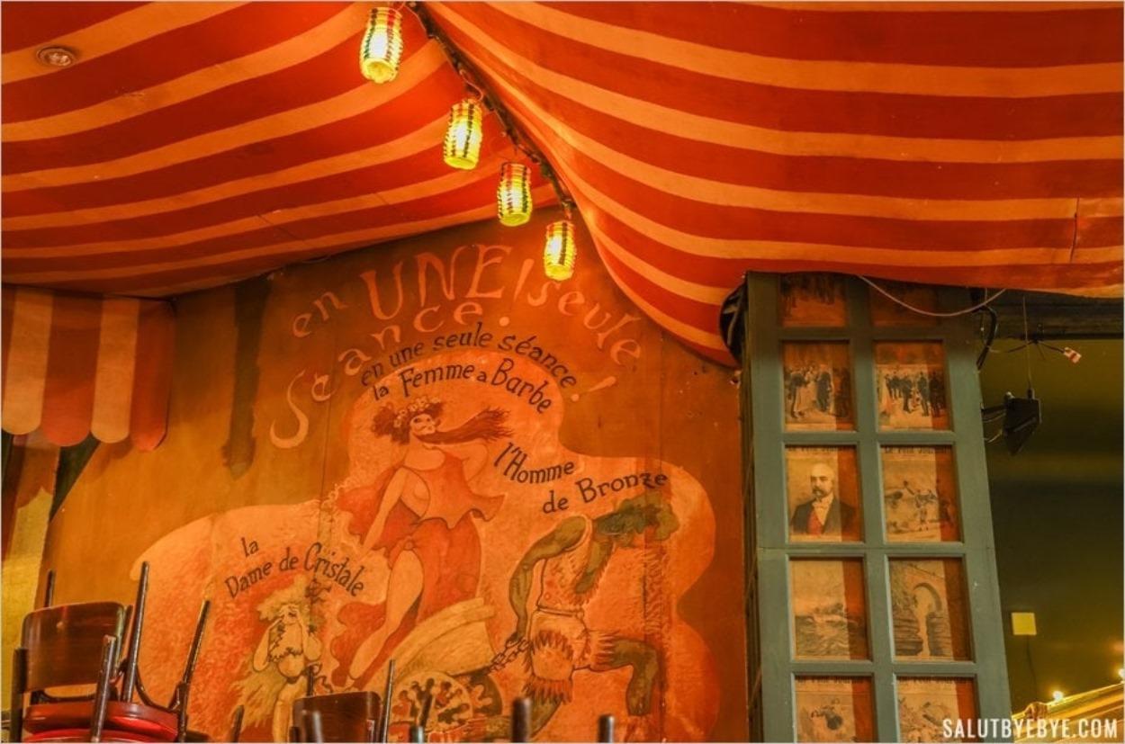 Détail d'un mur dans la salle du Moulin Rouge