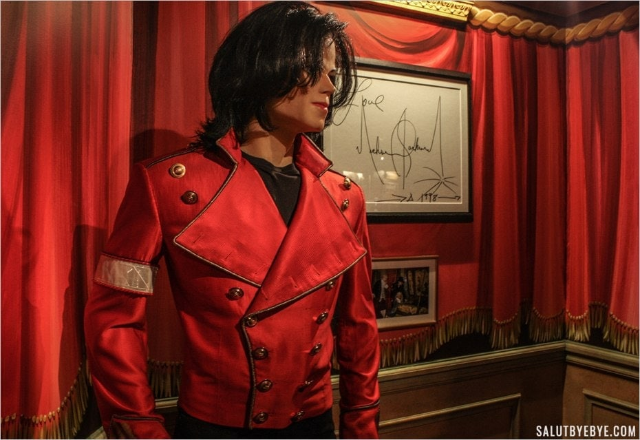 La statue de cire et l'autographe signé par Michael Jackson au musée Grévin