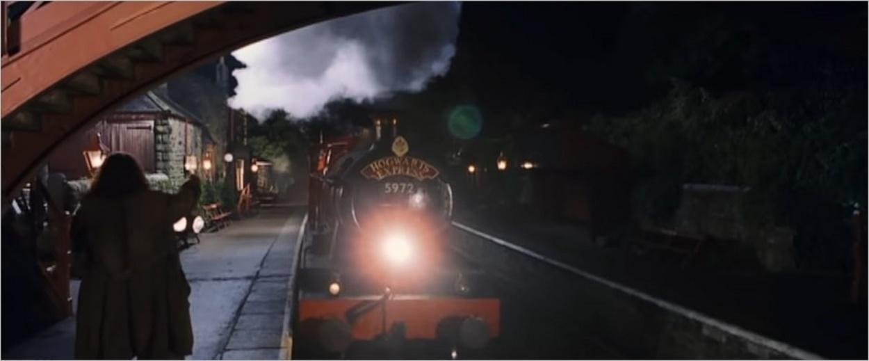 Hagrid accueille le Poudlard Express en gare de Pré-au-Lard