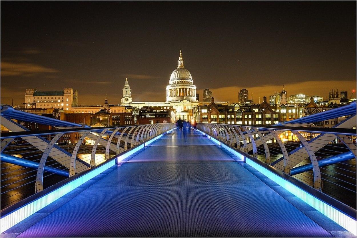 Le Millenium Bridge de nuit