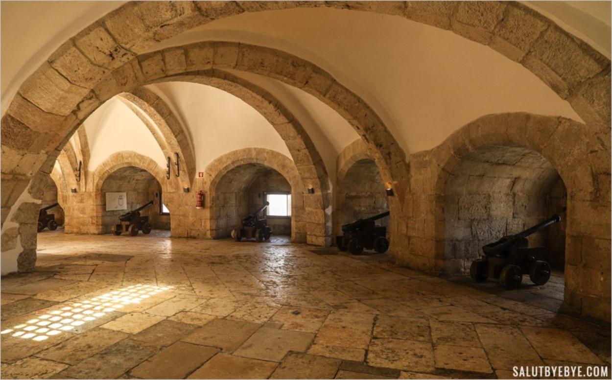 La salle des canons à l'intérieur de la Tour de Belem