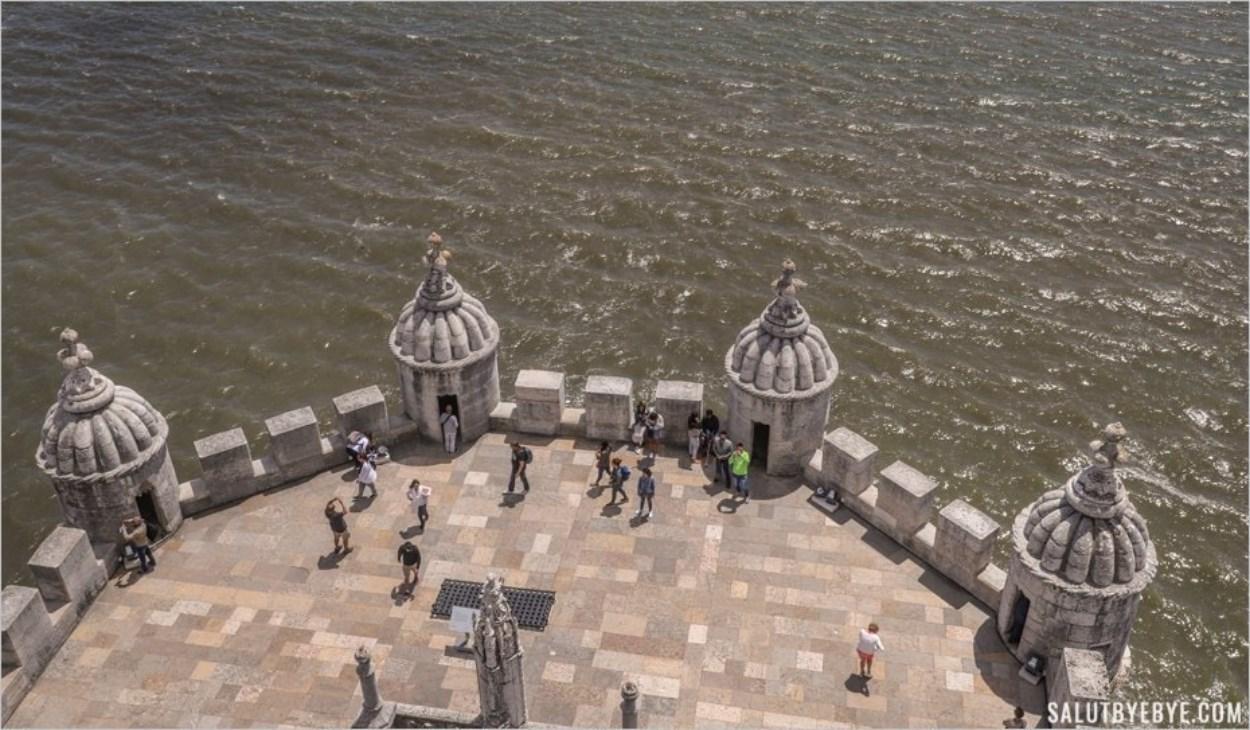 La terrasse au premier étage de la Tour de Belem