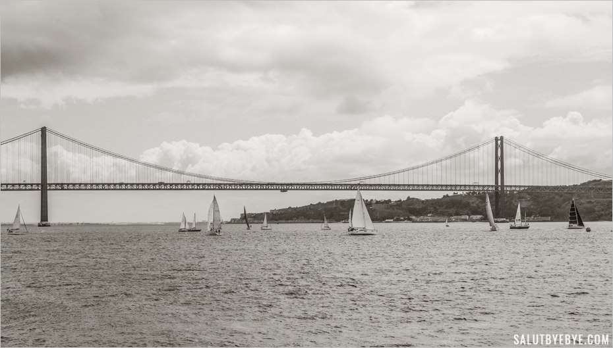 Vue sur le pont du 25 avril à Lisbonne