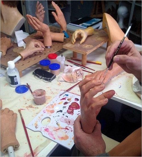 Peinture des mains à Grévin