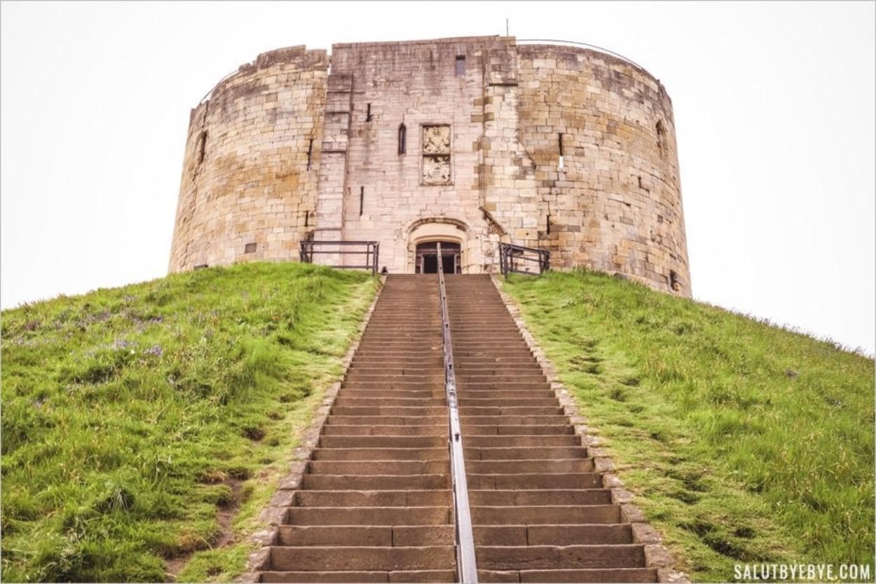 Visite de la Clifford's Tower à York, entre sombres histoires et vue sur la ville