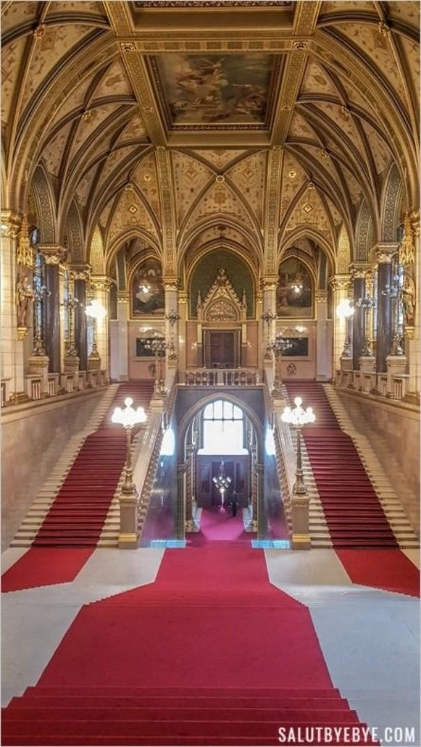 Escalier central dans le Parlement de Budapest