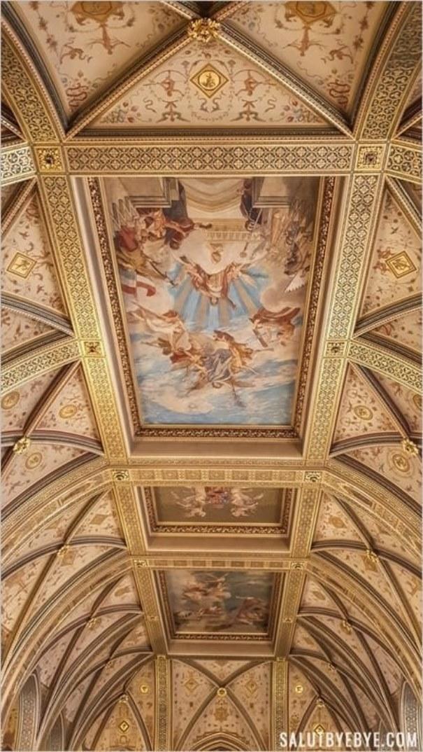 Plafond du hall d'entrée central du Parlement de Hongrie