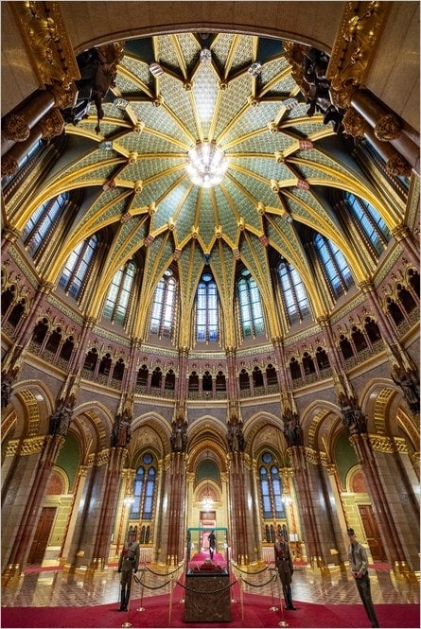 La salle du dôme du Parlement de Budapest