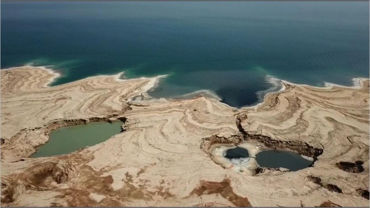 Les trous d'effondrement de la Mer Morte en vue aérienne