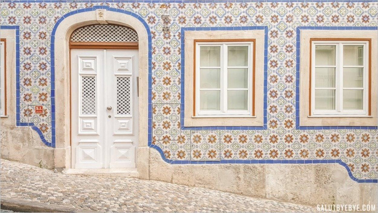 Façade en azulejos dans les rues de Lisbonne