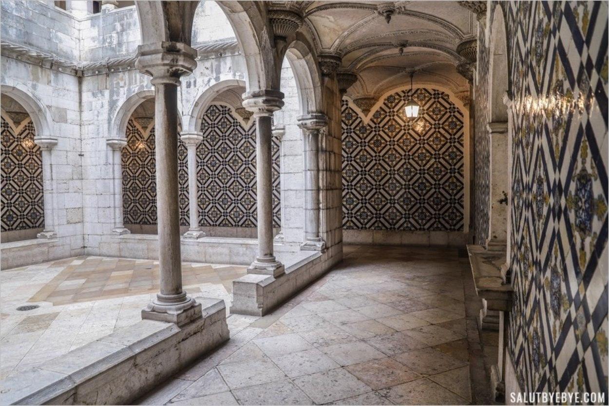 Cloître dans le musée des azulejos