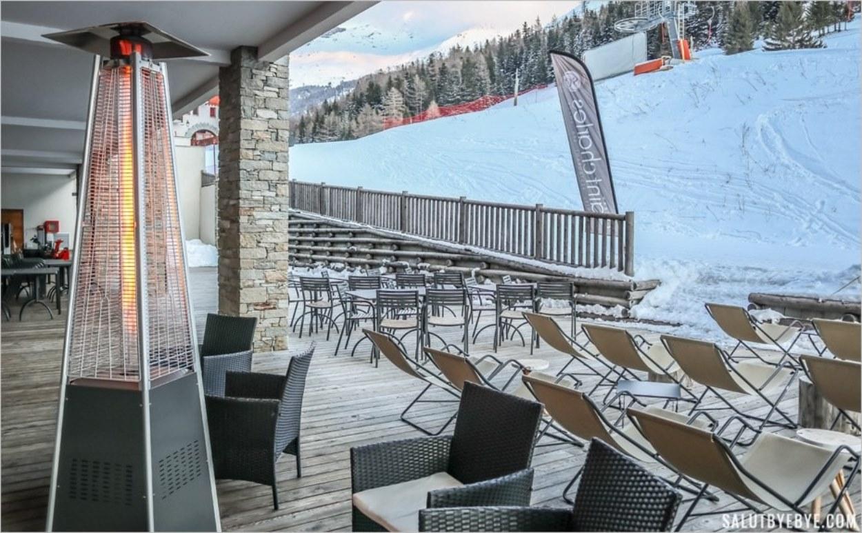 La terrasse de l'hôtel Saint-Charles au bord des pistes de ski