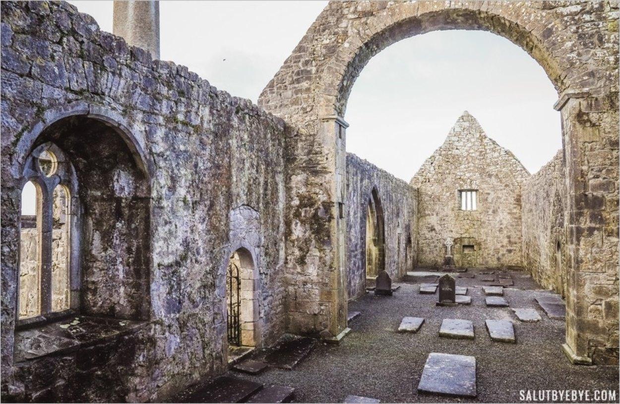 Intérieur de la cathédrale du monastère de Kilmacduagh