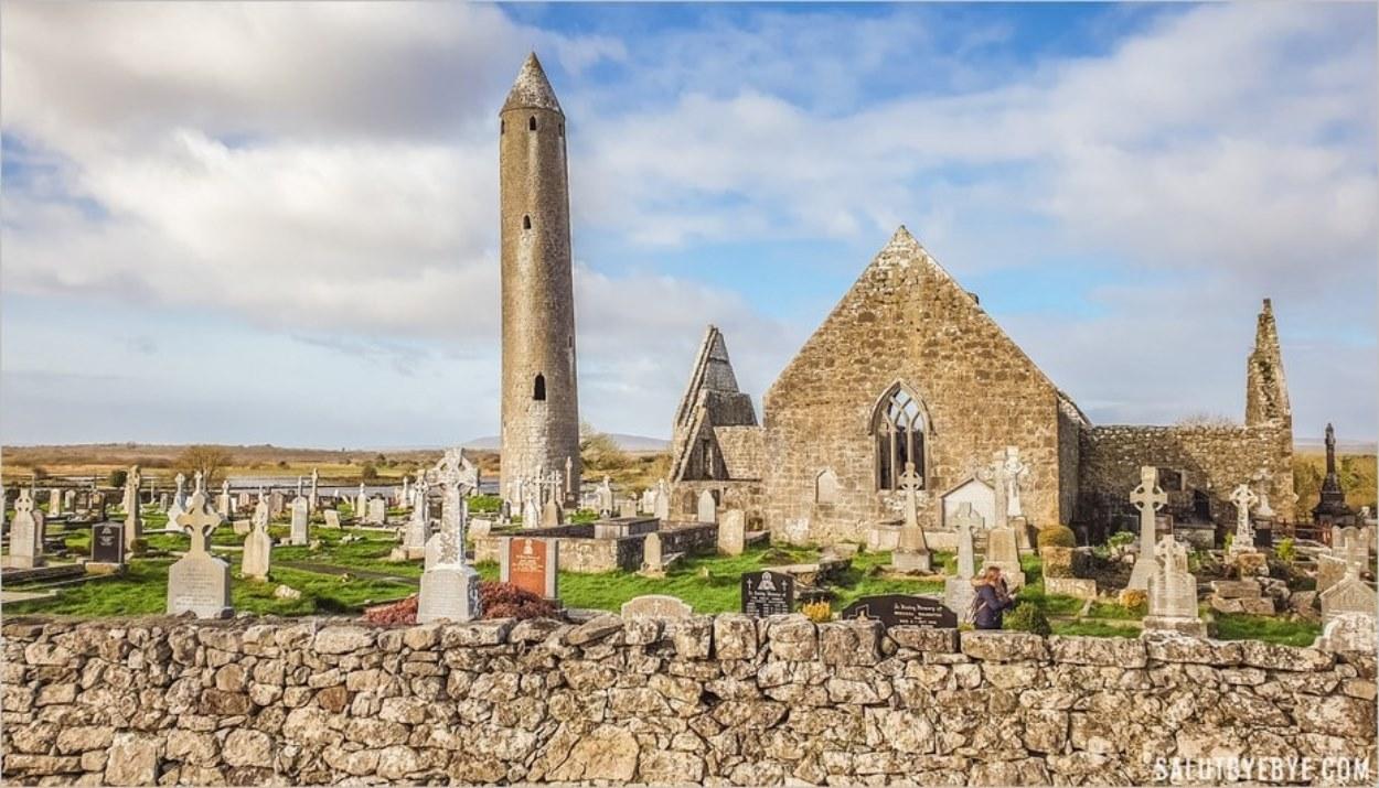 Le monastère de Kilmacduagh en Irlande, un lieu entouré de légendes