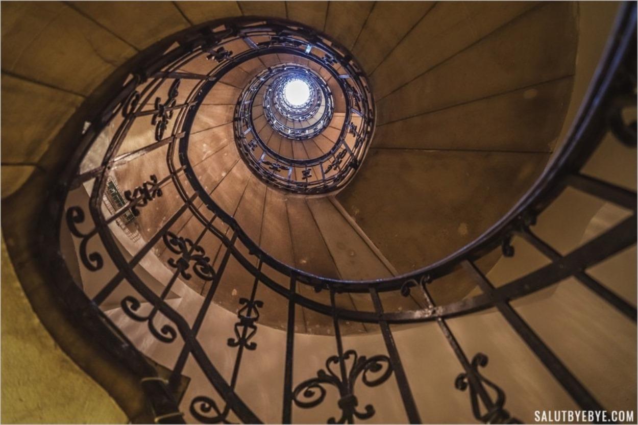 Escalier pour monter dans le dôme de la basilique de Budapest en Hongrie