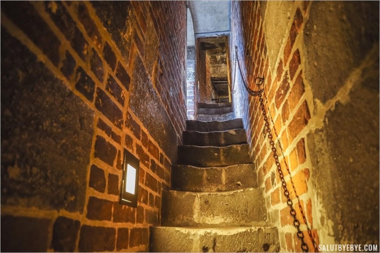 L'escalier de la tour de l'hôtel de ville de Cracovie