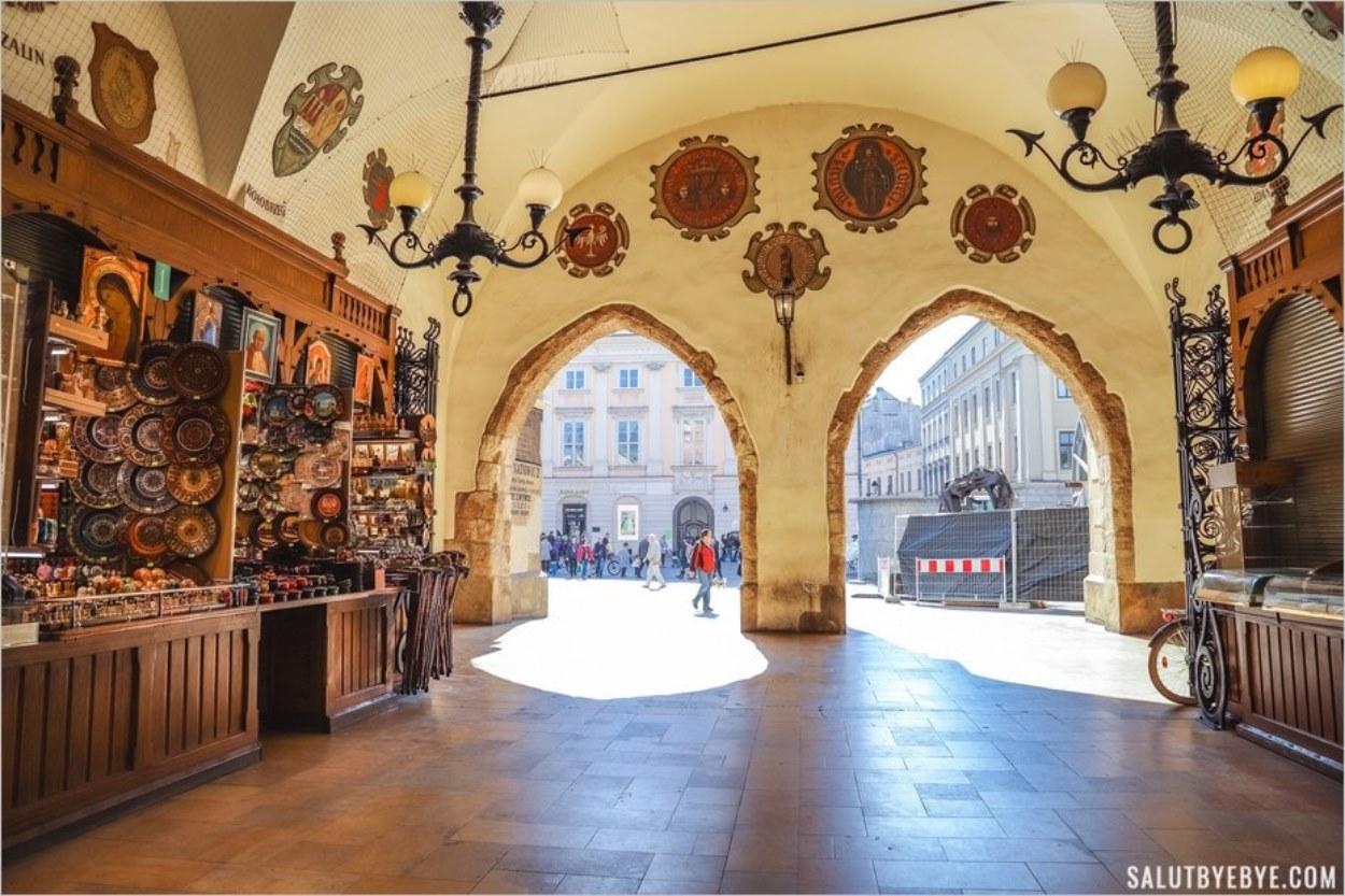 Les arcades et ornements à l'entrée de la Halle aux Draps de Cracovie