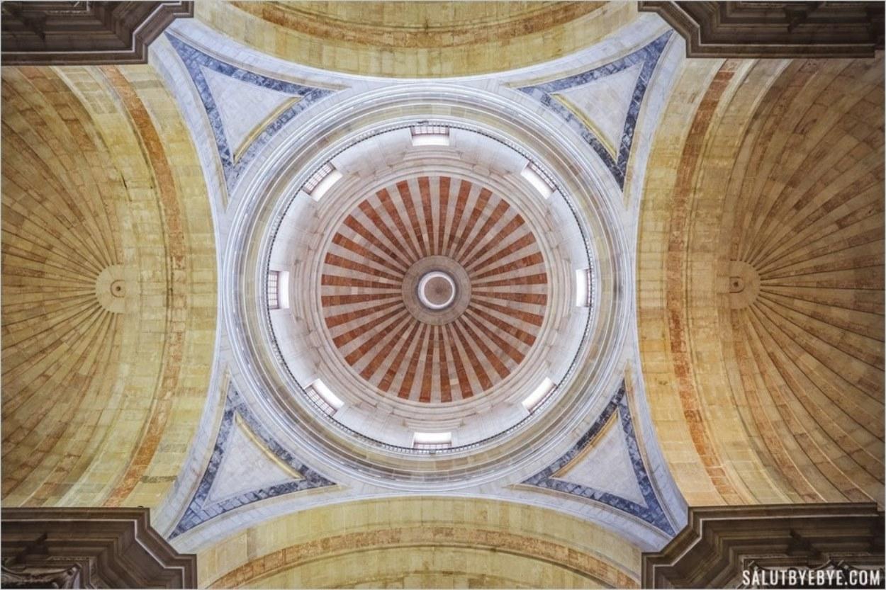 Le plafond et le dôme du Panthéon à Lisbonne