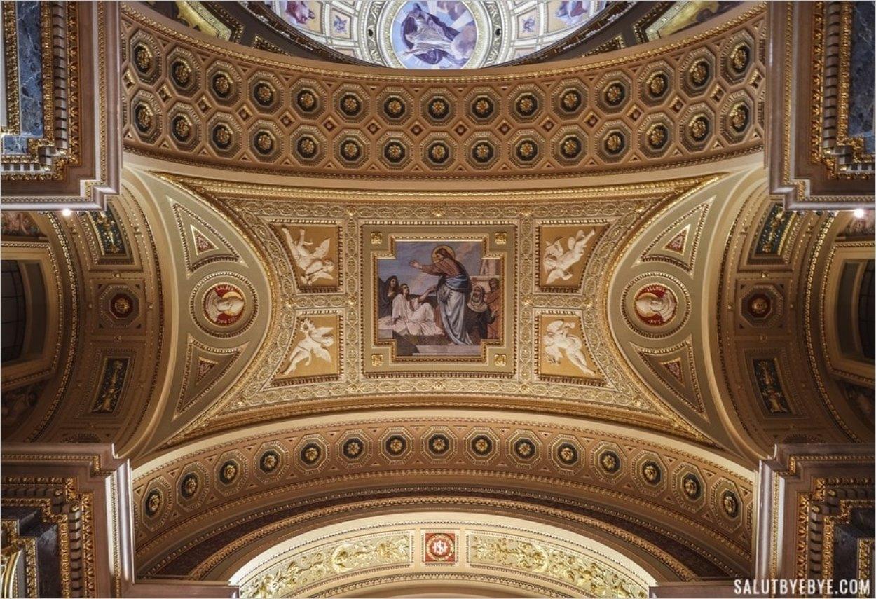 Détails au plafond de la basilique Saint-Etienne en Hongrie